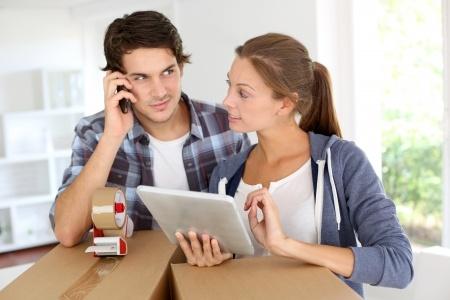 引っ越し一括見積もりの電話対応をする若い夫婦