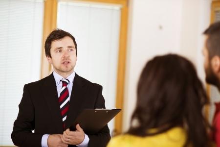 訪問見積もりに来た引っ越し業者の営業スタッフ