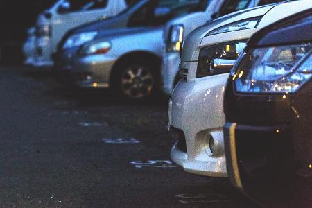 月極駐車場に並ぶ自動車のイメージ